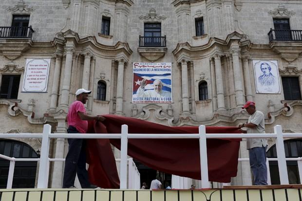 Operários cuidam nesta sexta-feira (18) dos últimos detalhes da preparação para Havana receber a visita do Papa Francisco (Foto: Filippo Monteforte/ AFP)