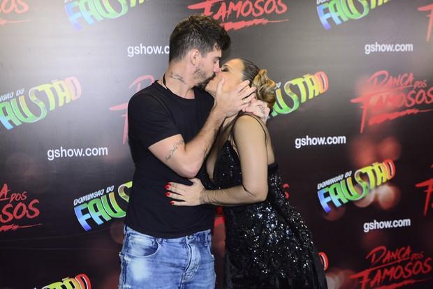 Radamés beija a campeã Viviane Araújo (Foto: Leo Franco/Agnews)