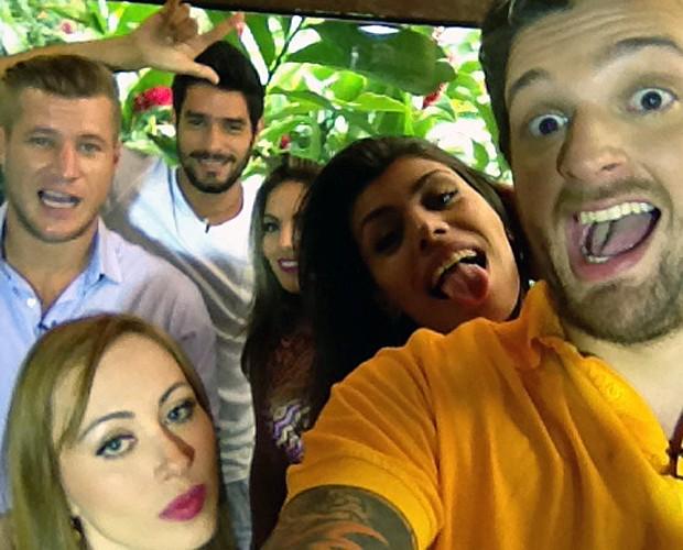 Ex-brotehrs fazem 'selfie' nos bastidores do Mais Você (Foto: Mais Você/TV Globo)