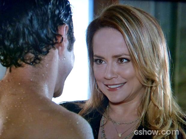 Shirley brinca com o filho e o surpreende (Foto: Em Família/ TV Globo)