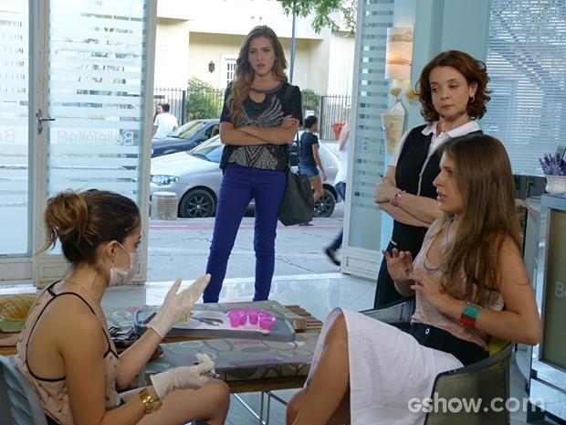 Para a surpresa e espanto de todas, Flaviana decide atacar de manicure  (Foto: Malhação / TV Globo)