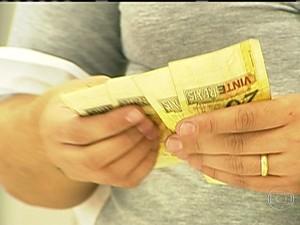 Dinheiro / Notas de 20 reais (Foto: TV Globo)