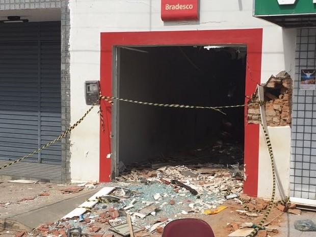 Ao menos quatro explosões foram feitas para que suspeitos levassem dinheiro. (Foto: Delegado Lamartine Fontes)