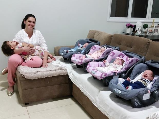 Vivianne Ferro tem uma menina de três anos e quadrigêmeos (Foto: Heloise Hamada/G1)