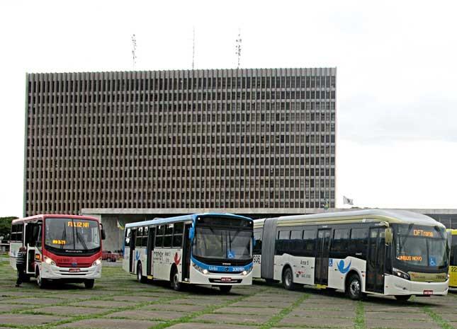 Ônibus da nova frota são apresentados em frente ao Palácio do Buriti (Foto: Lucas Nanini/G1)