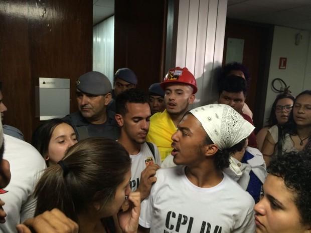 Estudantes na porta da sala da CPI da Merenda na Assembleia (Foto: Paula Paiva Paulo/G1)
