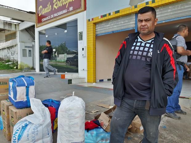 O operário Jossi Guillen, de 53 anos, saiu de Sán Felix, no Sul da Venezuela, e viajou por 10h para comprar comida e alimentar os cinco filhos em Pacaraima (Foto: Emily Costa/ G1 RR)
