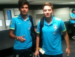 mattheus e adryan seleção brasileira sub 20 embarque (Foto: Marcelo Baltar / Globoesporte.com)