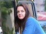 Katie Holmes é clicada sem maquiagem ao buscar a filha