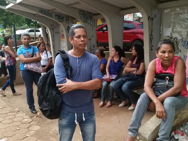 Usuários de ônibus chegam a esperar por mais de duas horas em pontos da capital (Foto: Toni Francis/G1)
