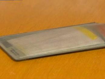 Assaltante deixou documentos da professora com um bilhete em que pedia desculpa (Foto: Reprodução/RBS TV)