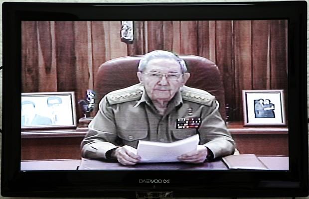 Reprodução de imagem de TV mostra o presidente de Cuba, Raúl Castro, anunciando em rede nacional a reaproximação entre EUA e Cuba (Foto: Alejandro Ernesto/EFE)