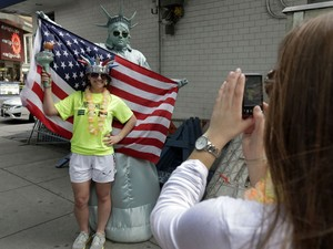 laura Vanegas fantasiada de Estátua da Liberdade na Times Square em Nova York (Foto: AP Photo/Richard Drew)