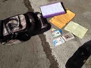 Foi encontrada mochila com documentos e tênis (Foto: Naim Campos/RBS TV)