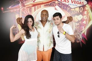 Carol Castro e Bruno Gissoni tietam Mike Tyson, em Las Vegas (Foto: Felipe Panfili/AgNews)