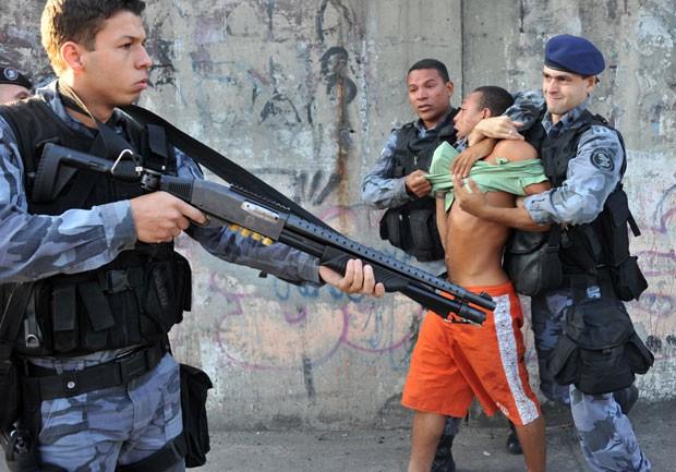 Manifestante teve que ser contido por policiais (Foto: Tasso Marcelo/AFP)