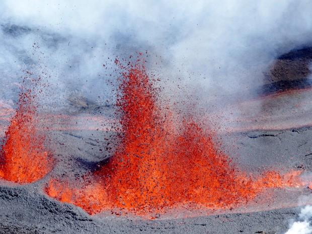 Foto tirada neste sábado (11) mostra vulcão expelindo lava (Foto: RICHARD BOUHET / AFP)