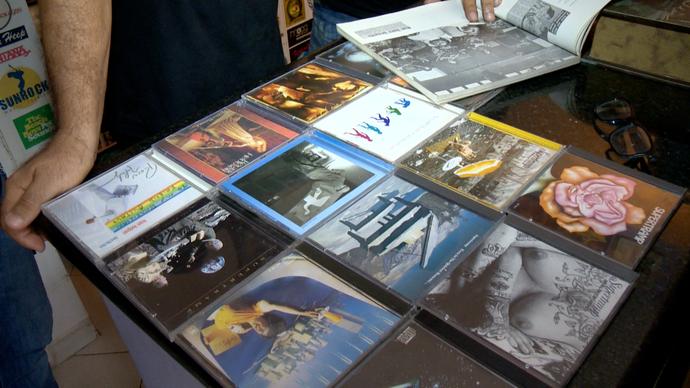 Fãs mostram coleção de discos do cantor Roger Hodgson, ex-integrante da banda Supertramp (Foto: Divulgação/ TV Gazeta ES)