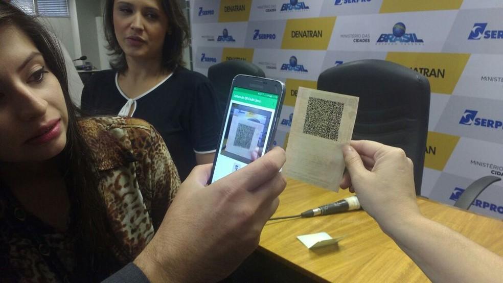 Grupo faz teste com QR-Code em carteira de habilitação (Foto: Elielton Lopes/G1)