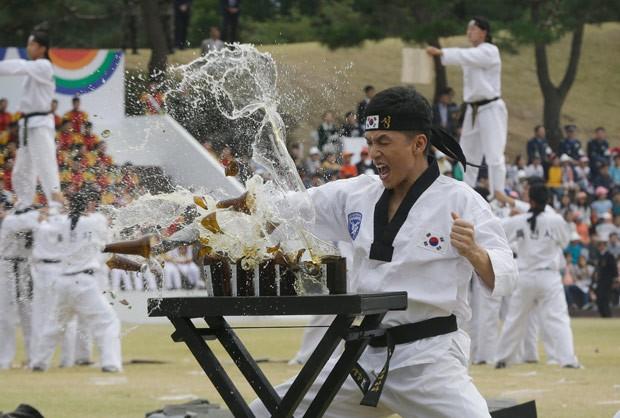 Soldado quebra garrafas de cerveja em treinamento militar na Coreia do Sul (Foto: Ahn Young-joon/AP)