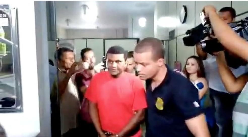 Vereador tomou posse algemado. Ele foi condenado a cinco anos e quatro meses de prisão. (Foto: Reprodução/Inter TV)