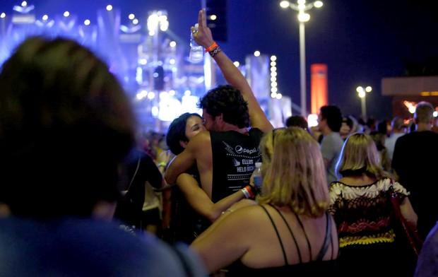 Nando Rodrigues beija Yanna Lavigne no Rock in Rio (Foto: Marcos de Carvalho Serra Lima / EGO)