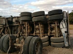 Carga ficou espalhada e pista precisou ser parcialmente interditada (Foto: Tony Gama / blogbraga)