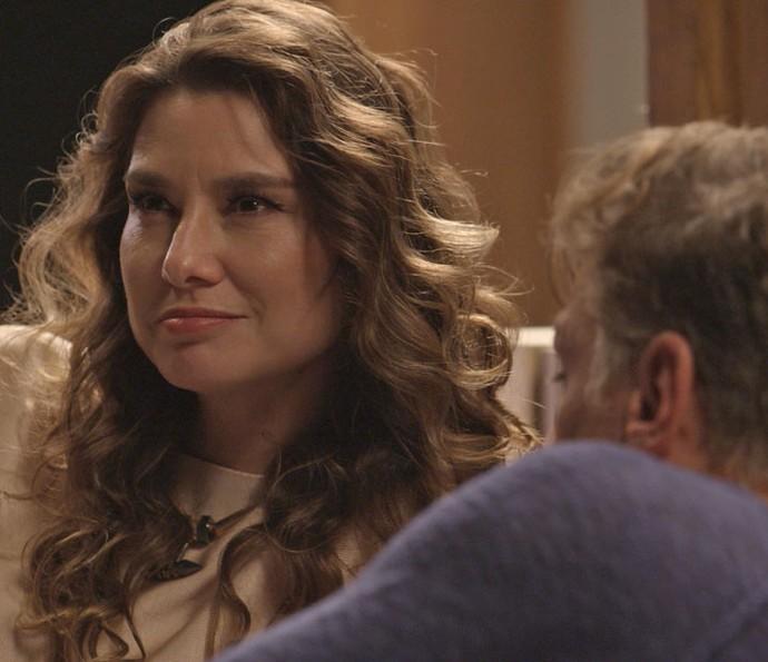 Natasha fica pensativa e pensa em dar mais uma chance ao relacionamento (Foto: TV Globo)