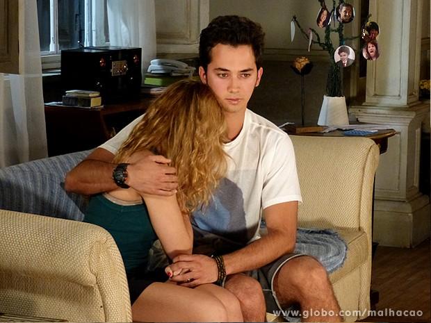 Meg conta para o ex-namorado que o teste deu positivo (Foto: Malhação / TV Globo)