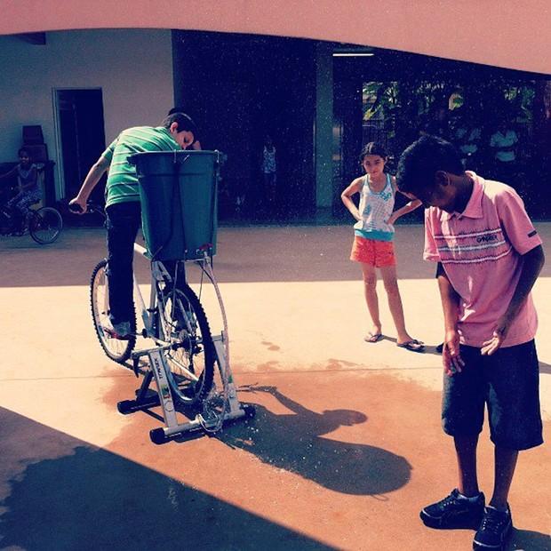 Fazer a bicimáquina borrifadora requer engenho e poucos materiais: balde, torneira, mangueira, uma bicicleta e um rolo de treino (ou qualquer outro suporte capaz de deixar a roda traseira livre) (Foto: Sabrina Duran)
