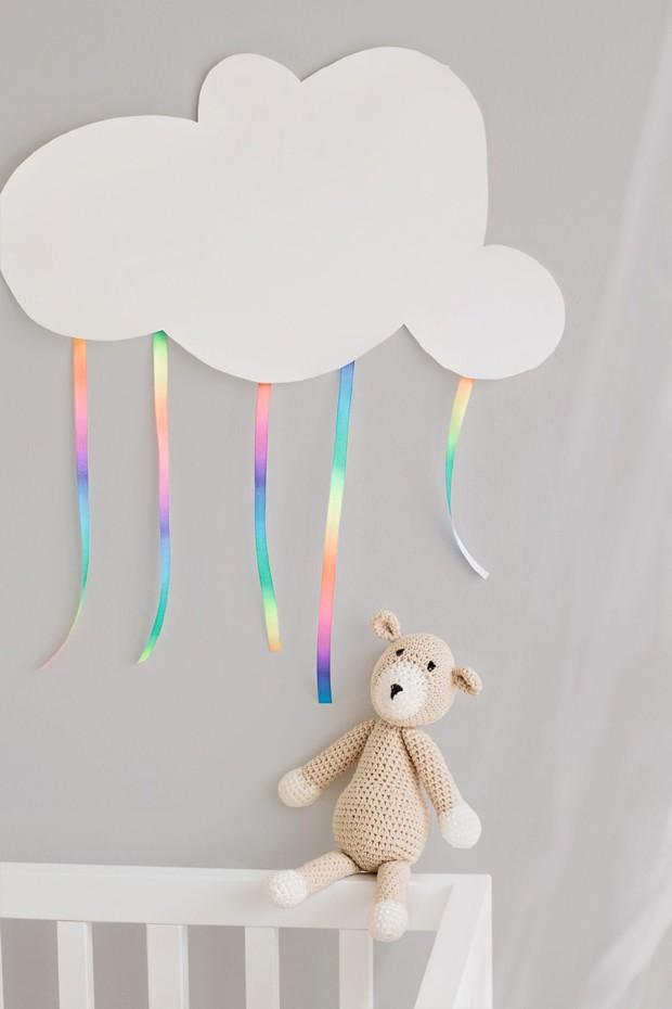 Tiras delicadas fazem uma chuva colorida cair da nuvem de cartolina. Fita Armarinhos Fernando (Foto: Elisa Correa / Editora Globo)