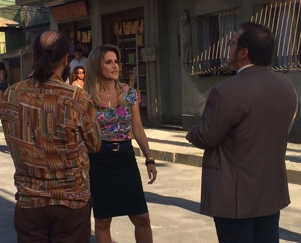 Marlene surpreende Genésio no meio da rua (Foto: Paula Santos / Gshow)