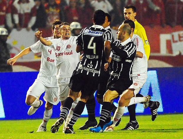 D´Alessandro briga com William na final da Copa do Brasil em 2009