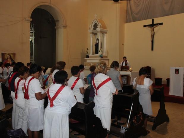 Fiéis rezaram o terço em Louvor durante a Semana Santa (Foto: Ellyo Teixeira/G1)