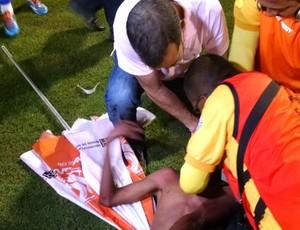 Torcedor é atendido pelo médico do CRB, Orlando Bahia. (Foto: Caio Lorena / GloboEsporte.com)