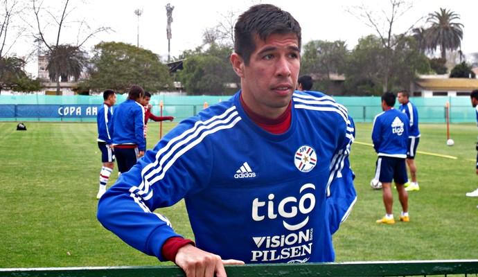 Cáceres, do Flamengo, faz aquecimento no treinamento do Paraguai  (Foto: Marcelo Hazan)