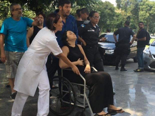 Corpo de PM foi encontrado dentro de carro no domingo. Mulher passou mal durante o velório. (Foto: Matheus Rodrigues / G1)