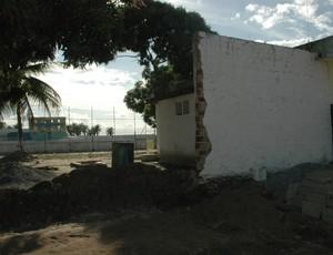 Queda de parte do muro do Estádio Teixeirão, em Santa Rita (Foto: Amauri Aquino / GloboEsporte.com/pb)
