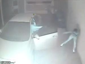 Vídeo mostra policial atirando em criminosos durante assalto em Uberlândia (Foto: Reprodução/YouTube)