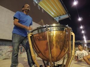 Naná Vasconcelos comanda primeiro ensaio de maracatu para o carnaval (Foto: Thays Estarque/ G1)
