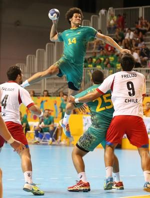 Thiagus Santos salta alto para se livrar da marcação (Foto: Saulo Cruz/Exemplus/COB)