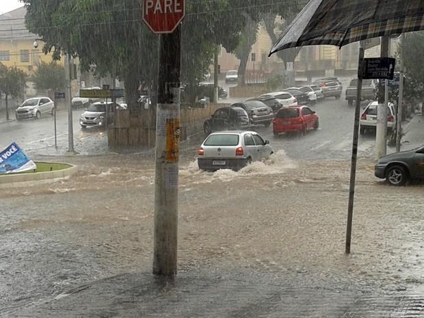 Chuva alagou várias ruas de Pouso Alegre, MG (Foto: Débora Freitas)
