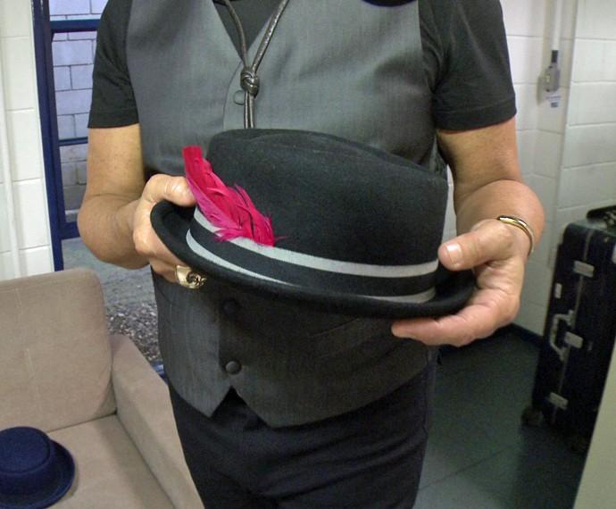 Lulu usa chapéu preto com pena vermelha durante os shows (Foto: Gshow)