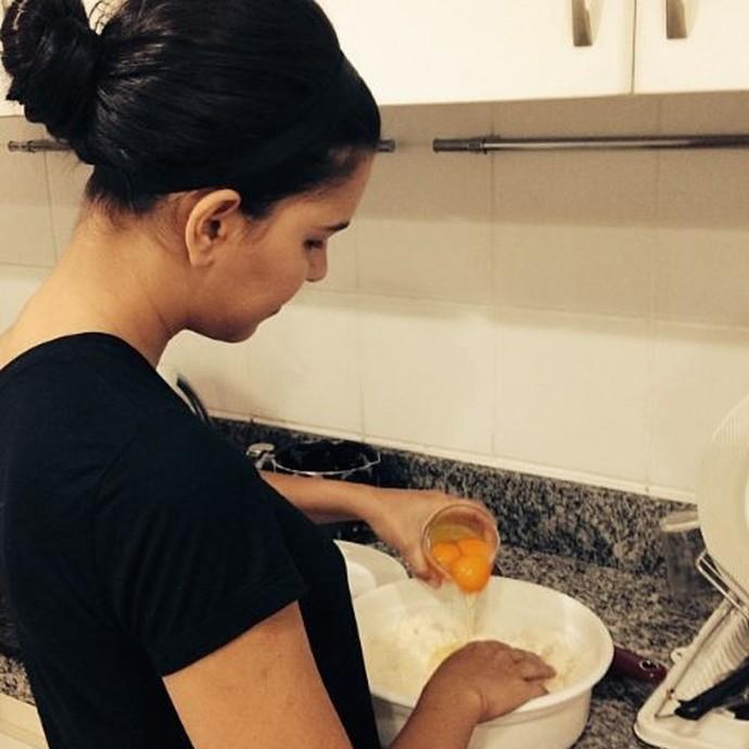 Mariana Rios já mostrou em suas redes sociais que coloca a mão na massa pra fazer o pão de queijo da família (Foto: Arquivo Pessoal)