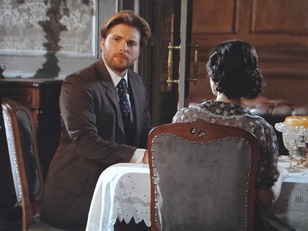 Edgar se desculpa com Heloisa pela intromissão da ex-sogra (Foto: Lado a Lado / TV Globo)