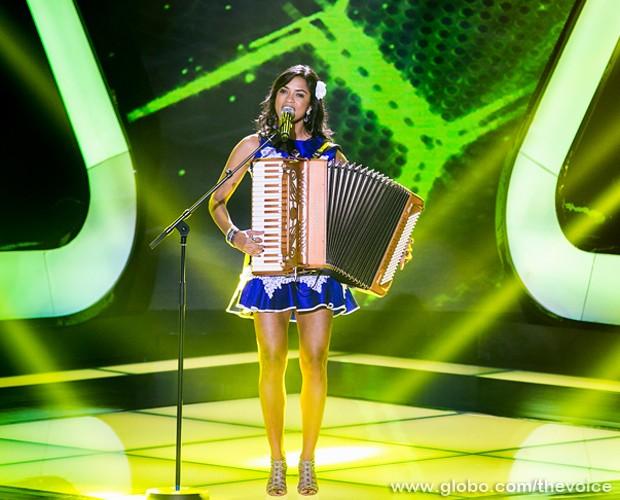 Acompanhada de sanfona, Lucy Alves canta no palco do The Voice Brasil (Foto: Isabella Pinheiro/TV Globo)