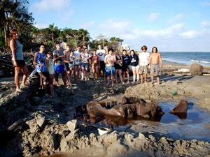 Equipe de alunos e pesquisadores encontram fósseis de baleia azul em Iguape, SP (Foto: Francisco Sekiguchi Buchmann/Divulgação)