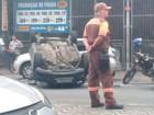 Carro capota após colidir com outro veículo em São Vicente, SP