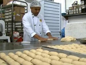 Há vagas na área de padaria e confeitaria (Foto: Reprodução / EPTV)