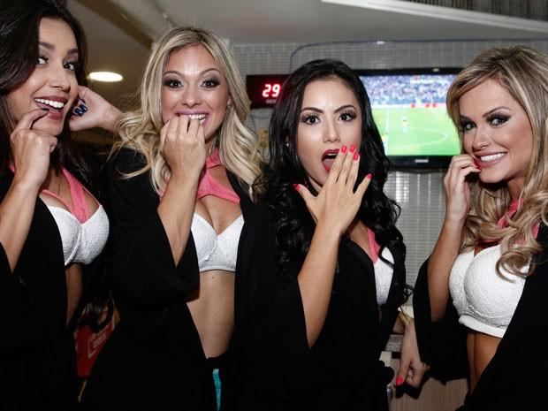 As bailarinas demonstram nervosismo durante partida (Foto: Inácio Moraes/Gshow)